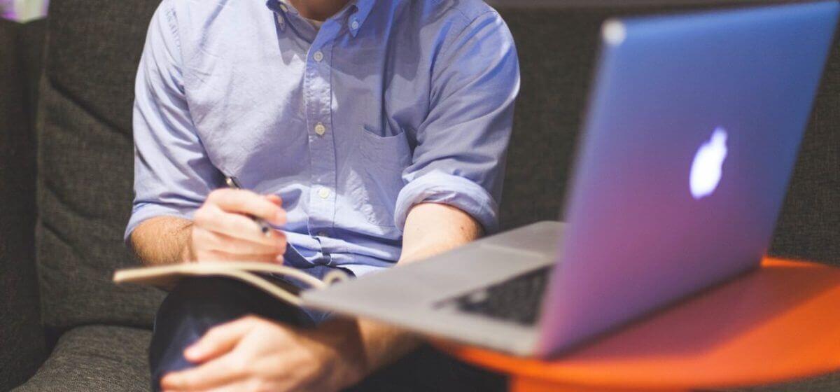 Homem escrevendo um blog com notebook