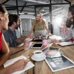 Pessoas fazendo uma reunião em uma agência digital