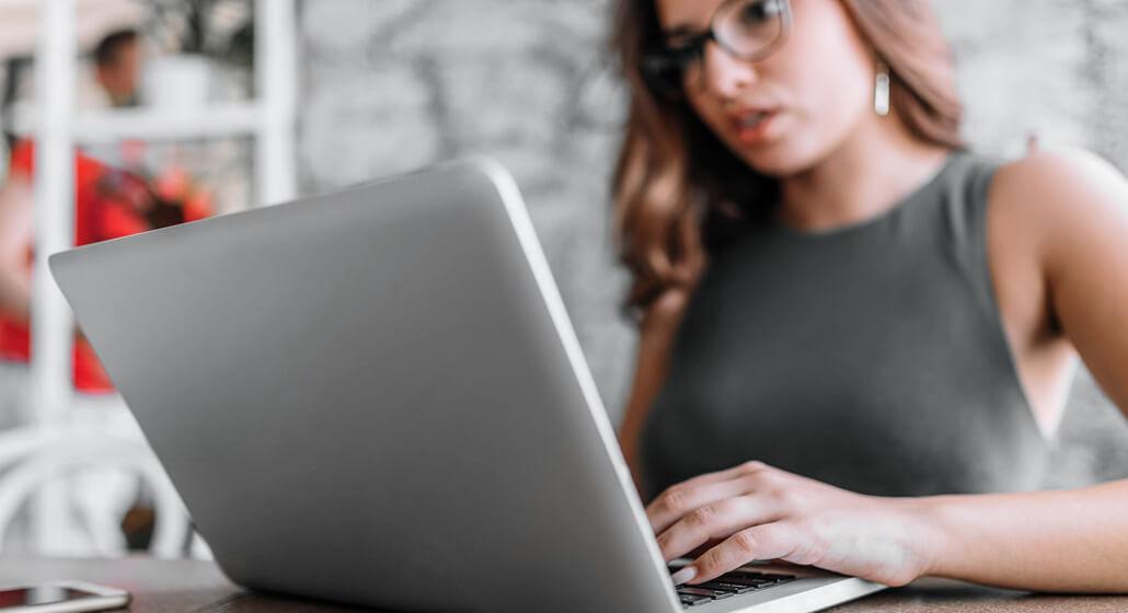 Analista pensando em uma Estratégia para Promover um Blog