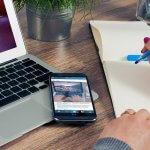 Laptop, smartphone, caderno de anotações